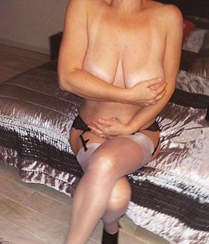 Femme de Paris, infidèle avec une grosse poitrine