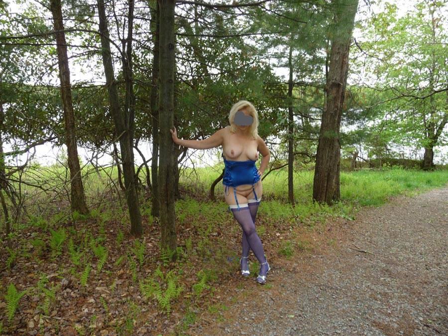 Gguêpière sexy et bas nylon - Exhibe en forêt