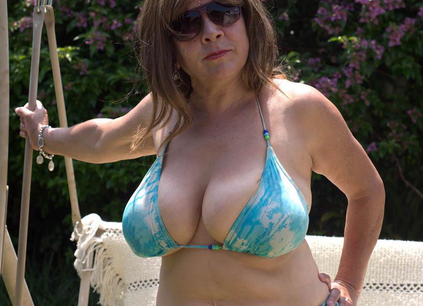 Gros seins en bikini - Photos exhib