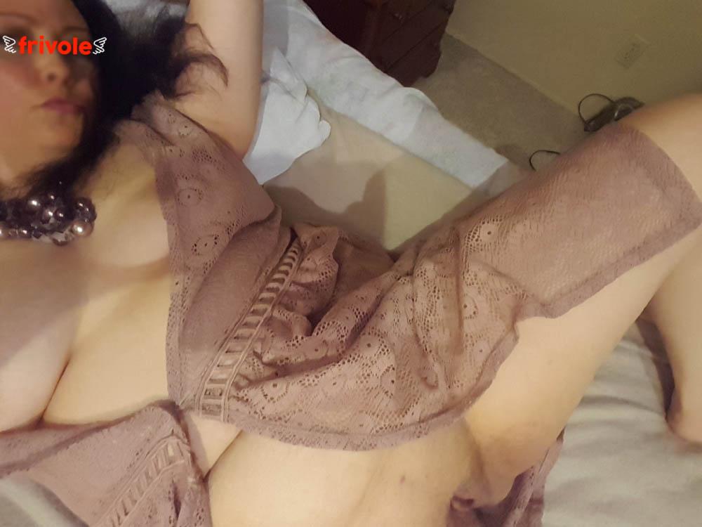Les jolies rondeurs d'Albane, allongée sur son lit en mode coquine - Frivole.net