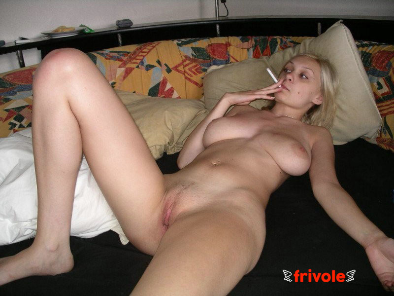 Blonde nue fume une clope - Photos sexy