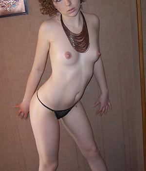 Petits seins dans l'appartement